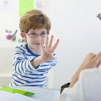 Chłopiec na zajęciach logopedycznych